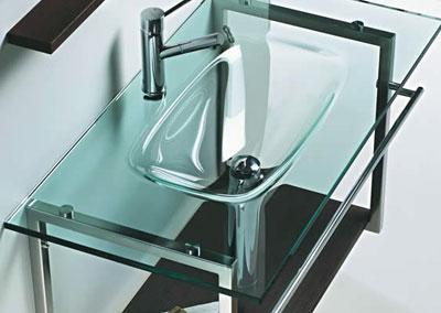 Banheiros com bancadas de vidro com fotos