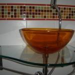 Banheiros com bancadas de vidro com fotos3