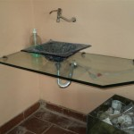 Banheiros com bancadas de vidro com fotos5