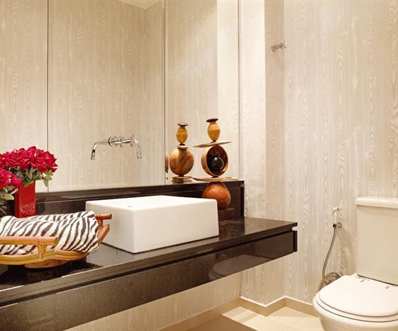Banheiros decorados com granito.