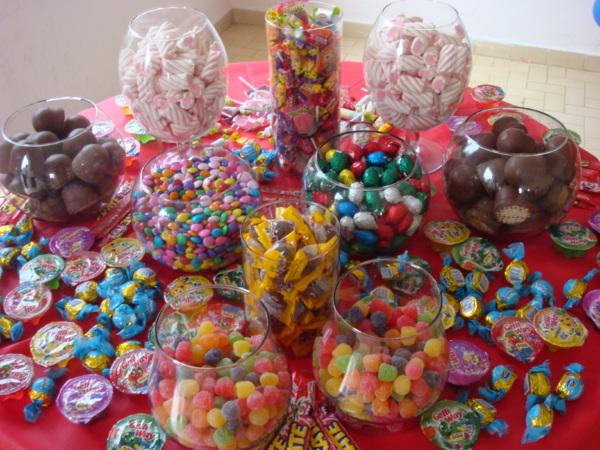 decorar ouro branco:Os doces podem ser colocados dentro de potes de vidros ou de plástico