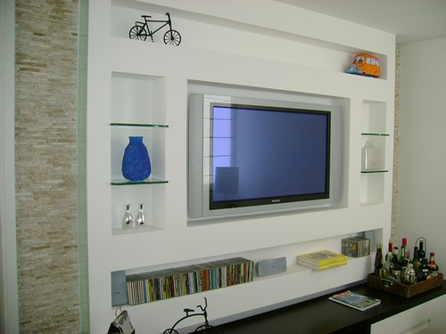 decoracao de sala rack: de alvenaria. Coloque prateleiras com vidro para criar espaço para