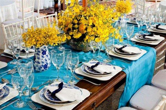 decoracao para casamento em azul e amarelo: flores amarelas. A louça e as cadeiras podem ser brancas para não