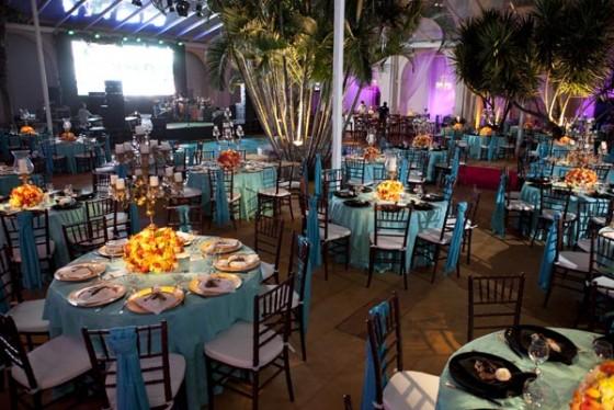 decoracao para casamento em azul e amarelo:salão de festa pode receber mesas compostas por toalhas em azul e