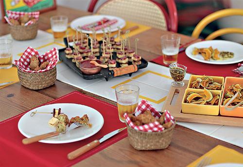 decoracao boteco festa:Use jogos americanos para decorar a mesa. Aproveite para criar pratos