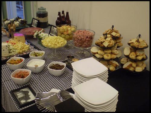decoracao boteco festa:Caso seja uma festa grande, faça uma mesa estilo bufê. A decoração