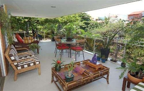 de flores sobre as mesas, disponibilize plantas penduradas na parede e