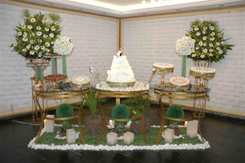 usada para formar a mesa principal de doces da festa de um casamento