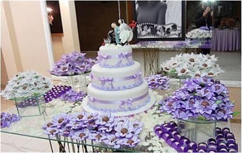 mesa de vidro não precisa receber toalha, os próprios doces e bolo
