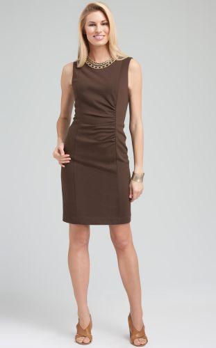 Os vestidos básicos costumam ser lisos e com tecidos variados desde modelos longos ou curtos. Por ser uma peça única é super prática, básica e versátil. O vestido feminino, de moda básica, permite a composição com outros acessórios femininos que darão o tom dependendo da ocasião.