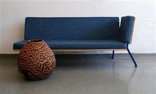 sofá com jeans