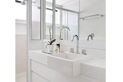 Bancada na cor branca, se torna elegante em banheiros pequenos (Foto:Divulgação).