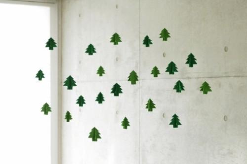 decoracao de arvore de natal simples e barata : decoracao de arvore de natal simples e barata: papel para desenvolver um móbile com pequenas árvores de Natal
