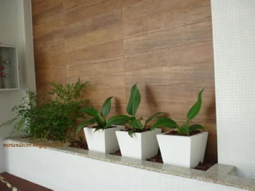 decoracao muros jardim: painel de madeira decorando os muros internos (Foto: Divulgação