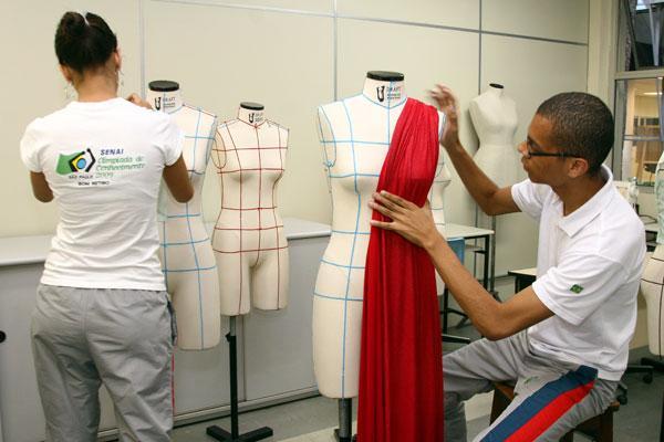 Curso gratuito de Produção de Vestuário. (Foto: Divulgação).