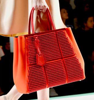 Os modelos de bolsas femininas coloridas 2013 deixarão seu visual muito mais interessante (Foto: Divulgação)