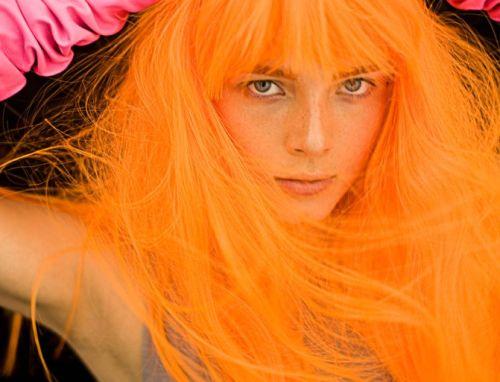 Todas as idades podem apostar na moda dos cabelos fluorescentes (Foto: Divulgação)