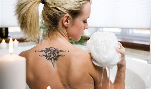 Cuidados fundamentais para tatuagens recentes. (Foto: Divulgação).