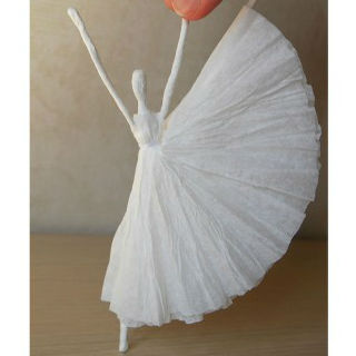 Bailarina de arame e papel