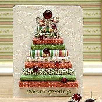 Árvore de Natal feita com papel de presente