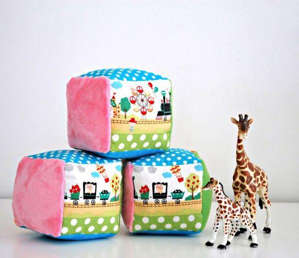 Brinquedo de tecido para bebê pode ter o estilo que você preferir (Foto: whileshenaps.com)