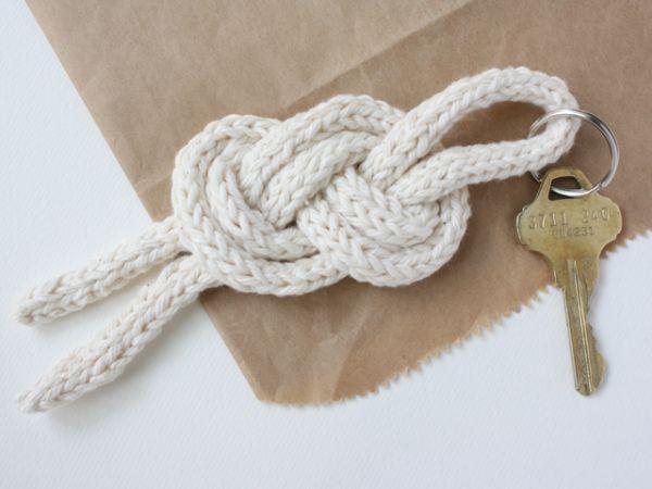Este chaveiro de corda trançada organiza e decora os seus ambientes, quando pendurado na parede (Foto: michaelannmade.com)