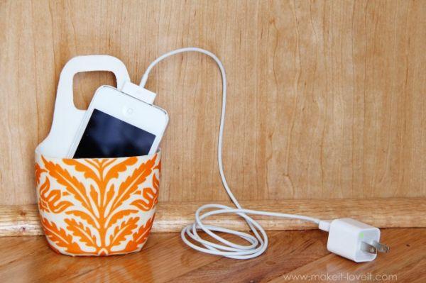 Este útil suporte para carregar celular com vidro de shampoo também é muito lindo e decora o seu espaço quando o seu celular está sendo carregado (Foto: makeit-loveit.com)