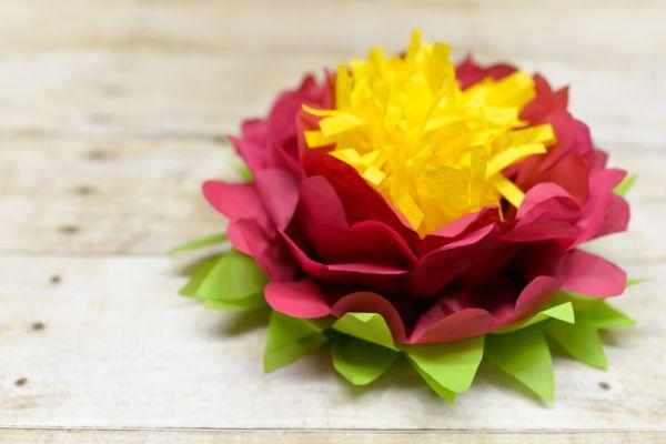 Esta linda flor de papel de seda pequena é muito prática de ser feita (Foto: heyletsmakestuff.com)