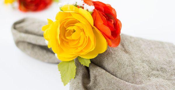 Este porta-guardanapo com flores artificiais é lindo e fácil de ser feito (Foto: prettyprudent.com)