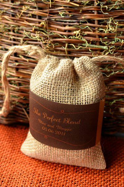 Este saquinho de juta pode ser enfeitado com o material que você desejar (Foto: intimateweddings.com)
