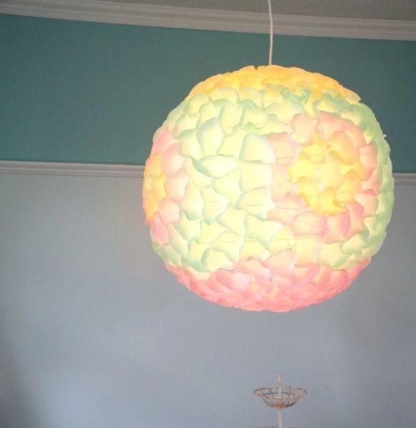 Luminária feita com forminhas de doces é diferente e decora de forma fácil (Foto: hgtv.ca)