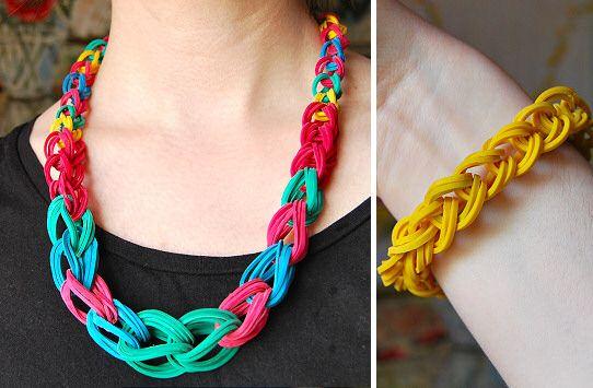 Pulseira e colar de elástico podem deixar o visual mais interessante (Foto: artesanit.blogspot.com.br)
