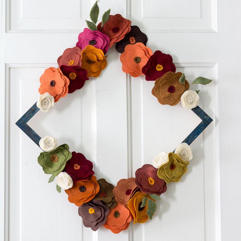 decoração com flor de feltro