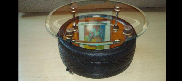 mesa de pneu com vidro no suporte