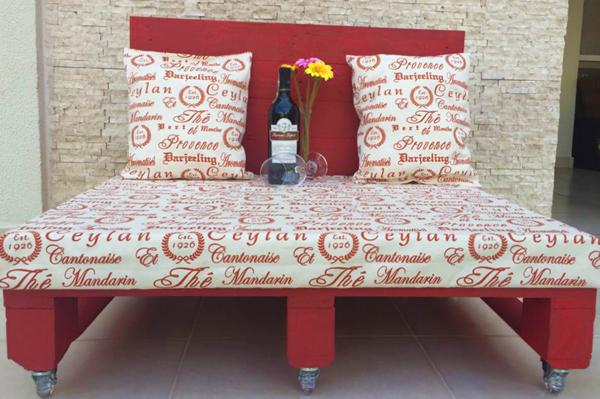 sofá de pallet vermelho