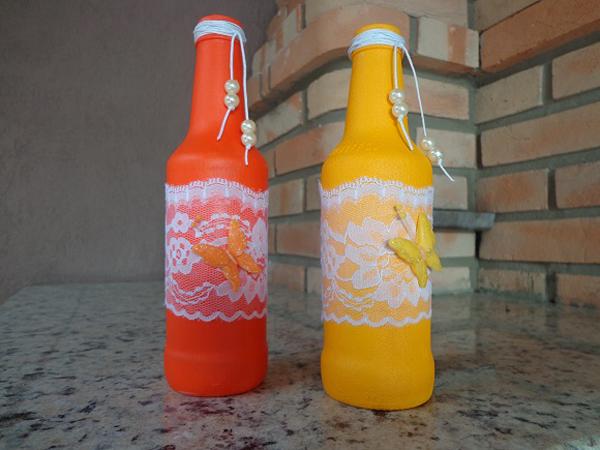 garrafa de vidro com renda