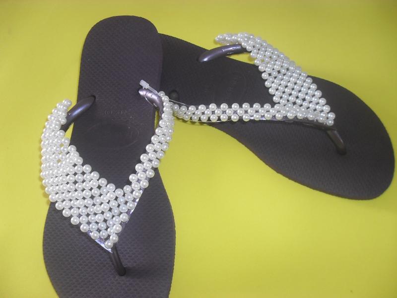 chinelo decorado preto e branco