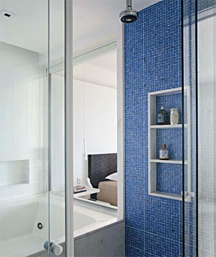 NICHOS PARA BANHEIROS PEQUENOS -> Banheiro Decorado Com Prateleiras De Vidro