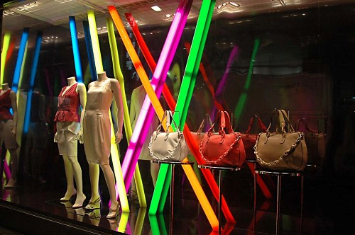 Decoração colorida para carnaval em lojas (Foto:Divulgação)