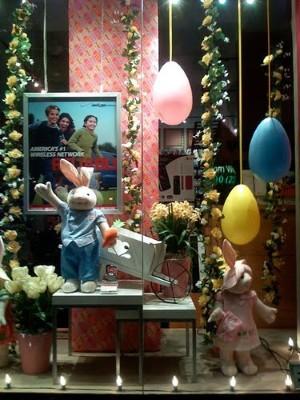 Decoração de vitrines loja de roupa para páscoa (Foto:Divulgação).