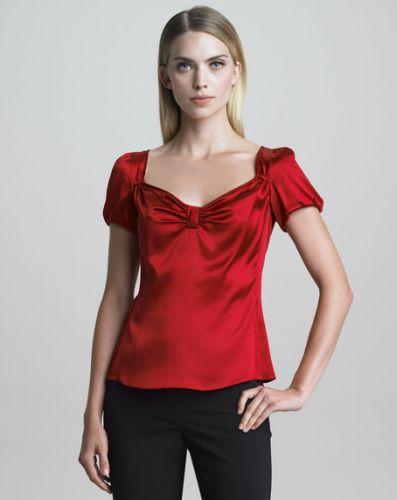 A moda de blusas de seda é perfeita para mulheres clássicas, mas que sempre optam por algum detalhe diferenciador em seu look (Foto: Divulgação)