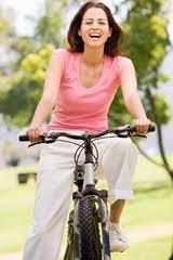 Andar de bicicleta ajuda a emagrecer. (Foto: Divulgação).