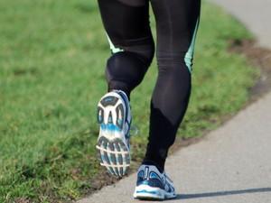 Escolher o tênis ideal é fundamental antes de começar a correr. (Foto: Divulgação).