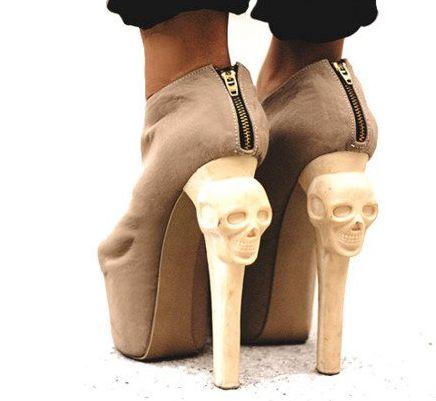 A moda de caveiras em calçados segue firme e forte para mais uma temporada (Foto: Divulgação)