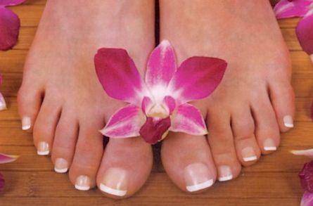 Colocar unhas postiças nos pés é muito fácil e nem é preciso muita experiência com manicure (Foto: Divulgação)