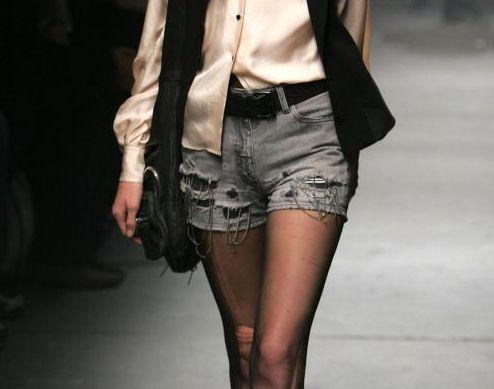O short desfiado da moda é bem detonado e pode ser usado com blusas de todos os estilos (Foto: Divulgação)