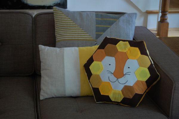 Almofada de leão é linda, diferente e todos gostam (Foto: whileshenaps.com)