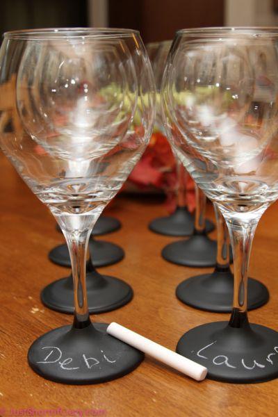 Decorar taça de vidro com nomes é muito fácil e prático (Foto: justshortofcrazy.com)