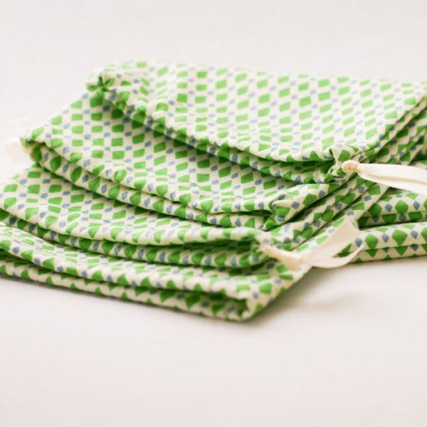 Estes saquinhos de tecido são muito versáteis e podem acomodar qualquer coisa (Foto: flaxandtwine.com)