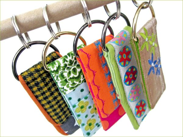 Este chaveiro de tecido pode ter o estilo e os enfeites que você quiser (Foto: sew4home.com)